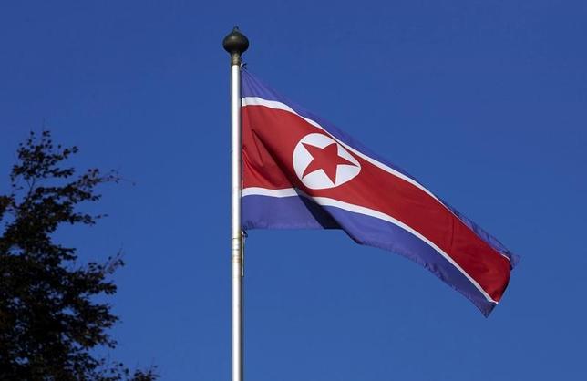 2月25日、北朝鮮は、巧みに構築された海外企業ネットワークを利用して、国連の制裁を逃れている。近く公表される国連の報告書をロイターが入手した。写真の北朝鮮国旗は2014年10月、スイス・ジュネーブの北朝鮮政府代表部政府代表部で撮影(2017年 ロイター/Denis Balibouse)