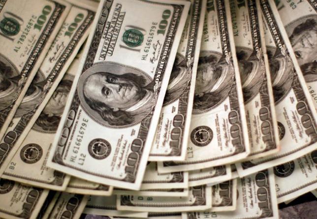 2月27日、午後3時のドル/円は、前週末ニューヨーク市場午後5時時点と比べ、わずかにドル安/円高の112円前半だった。総じてトランプ米大統領の議会演説待ちで、ポジションが偏りにくい状況になっている。写真のドルは、米コロラド州ウェストミンスターで2009年11月撮影(2017年 ロイター/Rick Wilking)