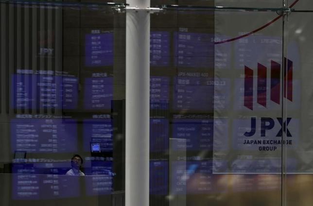 2月28日、寄り付きの東京株式市場で、日経平均株価は前営業日比87円21銭高の1万9194円68銭となり、反発して始まった。2015年8月撮影(2017年 ロイター/Yuya Shino)