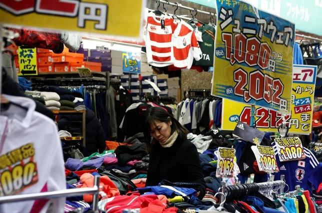 2月28日、経済産業省が発表した1月の商業動態統計速報によると、小売業販売額(全店ベース)は前年比1.0%増の11兆5820億円となり、3カ月連続の増加となった。都内で1月撮影(2017年 ロイター/Kim Kyung-Hoon)