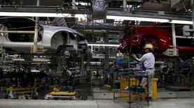 La production industrielle au Japon a reculé de manière inattendue en janvier, pour la première fois en six mois, affectée par un ralentissement des exportations de voitures vers les Etats-Unis. /Photo d'archives/REUTERS/Toru Hanai