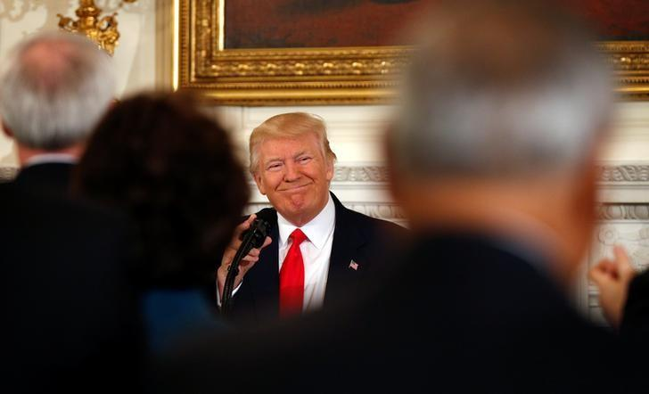 U.S. President Donald Trump smiles at the applause as he arrives for a National Governors Association meeting at the White House in Washington, U.S. February 27, 2017.  REUTERS/Kevin Lamarque