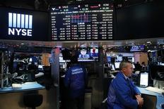 Трейдеры на Уолл-стрит. Американские фондовые индексы снижаются в начале торгов вторника под давлением акций финансового и потребительского секторов, пока инвесторы ждут первого выступления президента Дональда Трампа в Конгрессе США. REUTERS/Lucas Jackson