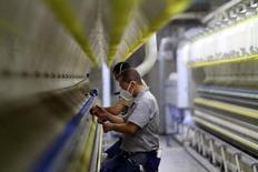 Los empleados trabajan en la máquina de tejer de algodón en una fábrica textil, en Antioquia, Colombia. 14 de mayo 2012.El desempleo en Colombia cayó a 13,4 por ciento durante enero en comparación con el mismo mes del año anterior, informó el martes el Gobierno, por una mayor oferta de puestos de trabajo en el sector de la industria pese a la desaceleración que experimenta la economía. REUTERS/Albeiro Lopera (COLOMBIA - Tags: BUSINESS POLITICS EMPLOYMENT TEXTILE) - RTR322A5