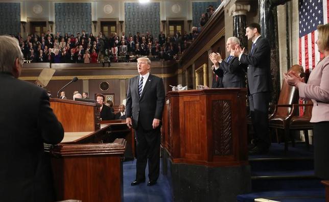 2月28日、トランプ米大統領は、上下両院合同会議で演説し、幅広い移民制度改革に言及したほか、中間層向けの大幅な税負担軽減を打ち出した(2017年 ロイター/Jim Lo Scalzo)