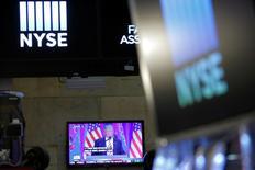 Выступление Дональда Трампа транслируется в помещении Нью-Йоркской фондовой биржи 27 декабря 2016 года. Фьючерсы на индексы США выросли утром в среду после того, как президент США Дональд Трамп впервые выступил перед Конгрессом, почти не раскрыв подробностей своих планов, однако подтвердив стремление снизить налоги и повысить инфраструктурные расходы. REUTERS/Andrew Kelly