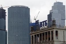 Логотип ВТБ на фоне башен делового квартала в Москве 18 марта 2013 года. Второй по величине госбанк РФ ВТБ получил по итогам 2016 года чистую прибыль в размере 51,6 миллиарда рублей, чуть выше прогнозов руководства и аналитиков, следует из отчетности банка по международным стандартам. REUTERS/Sergei Karpukhin