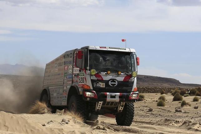 3月1日、トヨタ自動車の子会社である日野自動車は、市橋保彦社長(64)が退き、後任にトヨタの下義生常務役員(58)が就く人事を発表した。市橋社長は代表取締役会長となる。写真は日野のトラック。ボリビアの Chulluquianiで昨年1月撮影(2017年 ロイター/David Mercado)