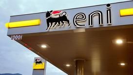 Логотип Eni на автозаправочной станции в Лугано. Итальянский нефтегазовый концерн Eni в среду отчитался о первой за 18 месяцев квартальной прибыли, превысившей прогнозы благодаря снижению расходов и росту цен на нефть.  REUTERS/Arnd Wiegmann/File Photo