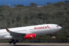 Imagen de archivo de un avión Airbuss A330 de Avianca despegando desde el aeropuerto Simón Bolívar en Caracas, oct 23, 2016. La aerolínea Avianca Holdings registró una utilidad neta de 44,2 millones de dólares en el 2016 por el incremento de los ingresos operacionales, del tráfico de pasajeros y la apreciación de las monedas de los países en donde opera, informó el miércoles la compañía.  REUTERS/Carlos Garcia Rawlins