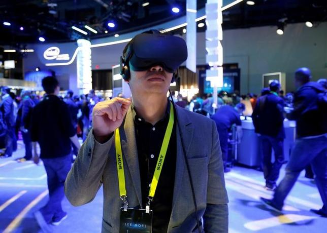 Summer Tan of China tries out a Oculus Rift virtual reality headset at the Intel booth during the 2017 CES in Las Vegas, Nevada January 5, 2017. REUTERS/Steve Marcus