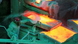 Un trabajador revisando un proceso en la planta refinadora de cobre de Ventanas de la estatal chilena Codelco en Ventanas, ene 7,  2015. Los precios del cobre subieron el miércoles a su nivel más alto en más de una semana, luego de que datos manufactureros de China mostraran un potencial fortalecimiento de la demanda, lo que intensifica las preocupaciones por una escasez del metal debido a interrupciones de suministros.  REUTERS/Rodrigo Garrido/File Photo  - RTSLRAM