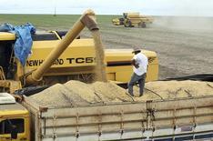 Un camión es cargado con soja en una granja de Primavera do Leste en el estado de Mato Grosso en Brasil. 7 de febrero de 2013. Unos 3.000 camiones que transportan soja están varados en una importante carretera de la Amazonía que lleva a un puerto de Brasil, donde las intensas lluvias extendieron las zonas pantanosas a tal punto que impiden el paso de los vehículos, dijo el miércoles la policía local. REUTERS/Paulo Whitaker