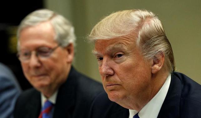 3月1日、米通商代表部(USTR)は、年次報告書を議会に提出した。他国の不公正な貿易慣行に強力な対応策を取る方針を示し、世界貿易機関(WTO)の決定が米国の主権を侵害しているとみなせば従わない可能性があると表明した。写真はトランプ大統領(右)とミッチ・マコーネル上院多数党院内総務(左)。ワシントン・ホワイトハウスで撮影(2017年 ロイター/Kevin Lamarque)