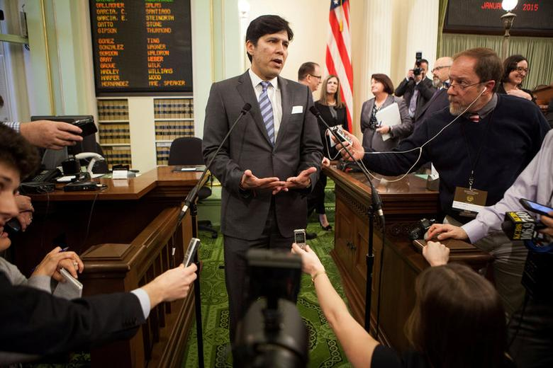 FILE PHOTO - Senate President pro tem Kevin de Leon speaks to reporters after Gov. Jerry Brown's historic fourth inauguration at the State Capitol in Sacramento, CA, U.S. on January 5, 2015.  REUTERS/Max Whittaker/File Photo