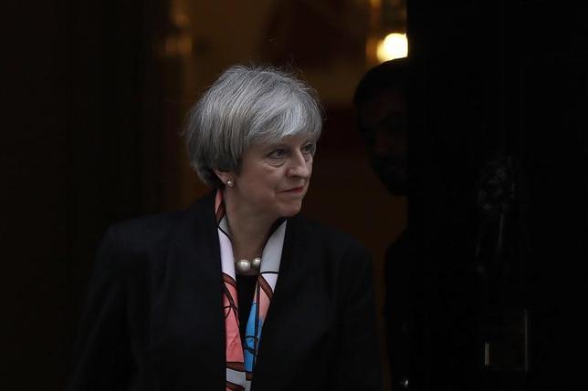 3月1日、英上院は1日、欧州連合(EU)からの離脱通告を行う権限をメイ首相に与える法案を巡って採決を行い、一部修正を行うことを賛成358・反対256で可決した。写真のメイ首相は、首相官邸で2月撮影(2017年 ロイター/Stefan Wermuth)