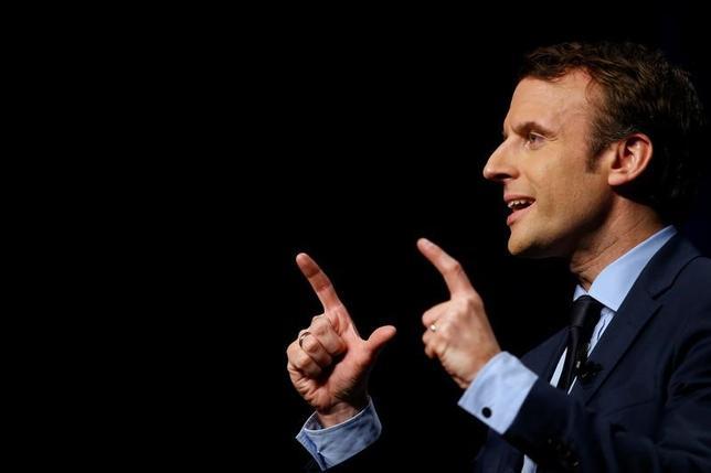 3月2日、フランス大統領選に出馬している中道系独立候補のマクロン前経済相は、議員による親族雇用やコンサルティング活動の禁止を打ち出した。写真はフランスのアンジェで2月撮影(2017年 ロイター/Stephane Mahe)
