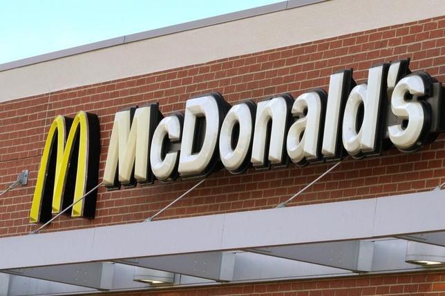 3月1日、米ファストフード大手マクドナルドは、全米の約1万4000店で年内にモバイル注文・決済を展開すると発表した。4年連続で減少する顧客をつなぎとめる。写真はマクドナルド店舗の看板。コロラド州ウェストミンスターで1月撮影(2017年 ロイター/Rick Wilking)