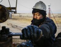 Рабочий на месторождении РД Казмунайгаз в Кызылординской области Казахстана 21 января 2016 года. Казахстан прогнозирует в 2017 году рост ВВП на 2,8 процента при средней мировой цене на нефть $55 за баррель и выше, пессимистический сценарий при цене в $35 предполагает рост экономики на 1,9 процента; на инфраструктурные проекты в этом году ожидается направить из бюджетных и других средств $1,2 миллиарда. REUTERS/Shamil Zhumatov