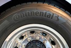 Continental a confirmé ses objectifs de ventes pour 2017 et propose d'augmenter le dividende au titre de 2016 après la publication d'un bénéfice en légère hausse et proche de l'anticipation la plus haute des analystes. L'équipementier automobile a déclaré qu'il bénéficierait cette année de la croissance du marché automobile mondial et du retour sur investissements dans la technologie pour voitures autonomes. /Photo prise le 22 septembre 2016/REUTERS/Fabian Bimmer