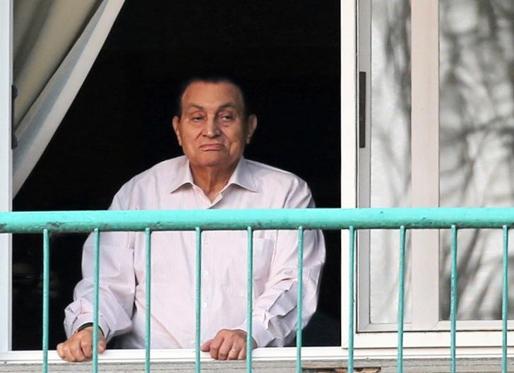 Ousted Egyptian president Hosni Mubarak looks towards his supporters outside the area where he is hospitalized during the celebrations of the 43rd anniversary of the 1973 Arab-Israeli war, at Maadi military hospital on the outskirts of Cairo, Egypt October 6, 2016. REUTERS/Mohamed Abd El Ghany