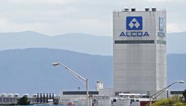 Le sidérurgiste américain Alcoa a annoncé jeudi la nomination de Tim Reyes à la tête de sa nouvelle division aluminium ainsi que le regroupement de ses activités en trois entités au lieu de six actuellement afin de les rendre plus efficaces et de réduire les coûts. /Photo d'archives/REUTERS/Wade Payne
