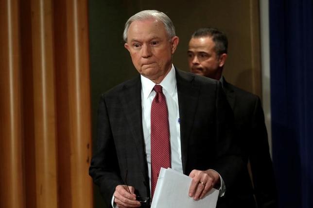 3月2日、トランプ米大統領は、大統領選中のロシアとの接触を巡り虚偽証言を行った疑いが浮上しているセッションズ司法長官(写真)について、より正確な発言を行うことが可能だったとの見方を示した。ワシントン・司法省で行われた記者会見で撮影(2017年 ロイター/Yuri Gripas)