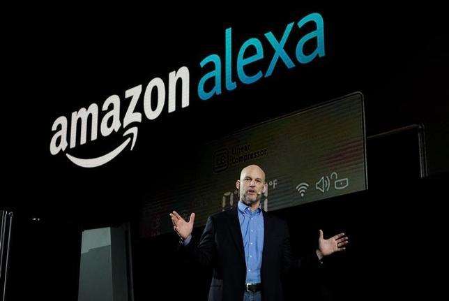 3月3日、米オンライン小売大手アマゾン・ドット・コムは、人工知能(AI)を使った音声認識技術「アレクサ」の機能向上に向けて、大学と協力する新たなプログラムを立ち上げたことを明らかにした。写真は1月ラスベガスで開かれた家電ショーでアレクサについて発表するマイク・ジョージ副社長(2017年 ロイター/Rick Wilking)
