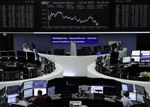 Tandis que le dollar marque le pas, les principales Bourses européennes évoluent en baisse vendredi dans la matinée. À Paris, l'indice CAC 40 recule de -0,16% vers 09h25 GMT. À Francfort, le Dax perd -0,44% et à Londres, le FTSE cède -0,35%. /Photo prise le 23 février 2017/REUTERS