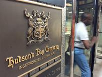 Hudson's Bay peine à monter le financement d'une offre sur Macy's, plus d'un mois après avoir contacté la première chaîne américaine de grands magasins, ont dit à Reuters plusieurs sources proches du dossier. /Photo d'archives/REUTERS/Chris Helgren