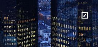 Deutsche Bank a annoncé vendredi préparer une possible augmentation de capital d'environ 8 milliards d'euros. Dans un communiqué, la banque allemande dit aussi réfléchir à diverses initiatives stratégiques. Elle pourrait notamment conserver sa filiale Postbank et l'intégrer à ses autres activités de banque de détail et introduire en Bourse une participation minoritaire de ses activités de gestion d'actifs. /Photo prise le 31 janvier 2017/REUTERS/Kai Pfaffenbach