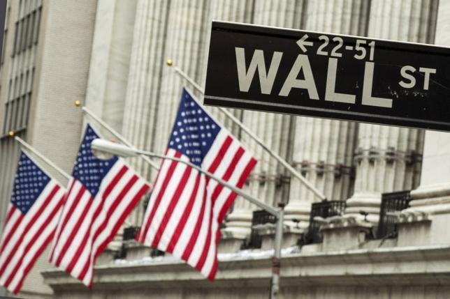 3月3日、米国株式市場は、FRBのイエレン議長が今月の会合で利上げを決定する可能性があることを示したこと受け、金融株に買いが入ったものの不動産株などが売られ、ほぼ横ばいで終了した。写真は2015年9月、NY証取前で(2017年 ロイター /Lucas Jackson)