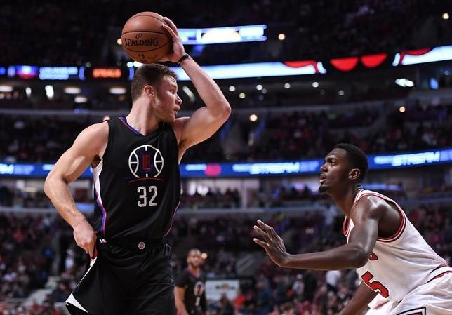 3月4日、NBAのクリッパーズはブルズを101─91で下した。ブレーク・グリフィン(左)は16得点、6リバウンド、7アシストで存在感を示した(2017年 ロイター/Mike DiNovo-USA TODAY Sports)