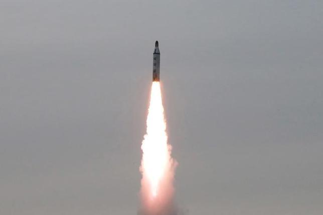 3月5日、米戦略軍は、北朝鮮のミサイル発射を感知したが、北米に脅威を及ぼすものではないと表明した。写真はKCNAが2016年4月提供(2017年 ロイター)