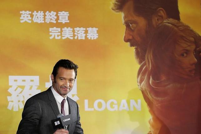 3月5日、バラエティ・ドット・コムによると、週末の北米映画興行収入ランキングは、マーベルコミックの登場キャラクターを主人公にしたFOX作品「ローガン」(日本公開6月1日)が8530万ドル(約97億円)を稼ぎ初登場1位となった。写真は主演のヒュー・ジャックマン、先月27日台湾で撮影(2017年 ロイター/Tyrone Siu)