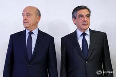 """Франсуа Фийон (справа) и Ален Жюппе в Париже 27 ноября 2016 года. Евро снизился в понедельник после того, как бывший французский премьер Ален Жюппе сказал, что не готов баллотироваться в президенты на предстоящих выборах, что заставило инвесторов беспокоиться о возросших шансах на победу лидера крайне правой партии """"Национальной фронт"""" Марин Ле Пен. REUTERS/Gonzalo Fuentes"""