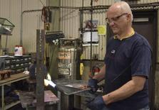 Imagen de archivo de un trabajador en la planta RoMan Manufacturing en Grand Rapids, EEUU, dic 7, 2016. Los nuevos pedidos de bienes fabricados en Estados Unidos subieron por segundo mes seguido en enero, lo que sugiere que la recuperación del sector manufacturero está ganando fuerza en la medida que el alza de los precios de las materias primas alimenta la demanda por maquinaria.  REUTERS/Nick Carey