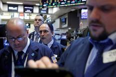 Трейдеры на торгах Нью-Йоркской фондовой биржи 28 февраля 2017 года. Акции США снизились в начале торгов понедельника на фоне потерь основных отраслевых секторов, так как аппетит инвесторов к риску ограничивают геополитическая напряженность в Азии и обвинения в прослушке, выдвинутые президентом Дональдом Трампом в адрес его предшественника Барака Обамы. REUTERS/Brendan McDermid