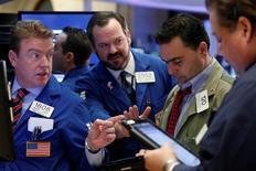 Operadores trabajando en la bolsa de Wall Strret en Nueva York, mar 1, 2017. Las acciones caían el lunes en la bolsa de Nueva York en medio de pérdidas en varios sectores, ya que el apetito de los inversores por el riesgo era frenado por las tensiones geopolíticas en Asia y la acusación de espionaje del presidente Donald Trump contra su predecesor Barack Obama.  REUTERS/Brendan McDermid