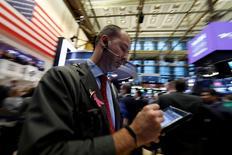 La Bourse de New York a fini en légère baisse lundi. L'indice Dow Jones a cédé 0,24%. Le S&P-500, plus large, a perdu 0,33%. Le Nasdaq Composite a reculé de son côté de 0,37%. /Photo prise le 6 mars 2017/REUTERS/Brendan McDermid