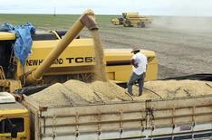 Caminhão é carregado com grãos de soja na cidade de Primavera do Leste, no Estado do Mato Grosso 07/02/2013 REUTERS/Paulo Whitaker (BRAZIL - Tags: AGRICULTURE BUSINESS COMMODITIES)