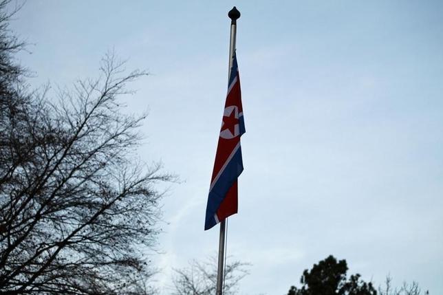 3月6日、米国防総省は北朝鮮が同日に実施したミサイル発射について、日本の北西沖に落下した4発以外にも同国が発射を試みた可能性があることを示唆した。写真は北朝鮮の国旗。ジュネーブで2015年1月撮影(2017年 ロイター/Pierre Albouy)