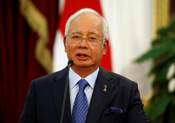 Malaysia's Prime Minister Najib Razak talks to the media beside Indonesia's President Joko Widodo after a bilateral meeting at Presidential Palace in Jakarta, Indonesia, August 1, 2016. REUTERS/Beawiharta/Files
