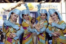 Танцовщицы у стенда Uzbekistan Airways на туристической выставке ITB в Берлине 10 марта 2011 года. Европейский банк реконструкции и развития (ЕБРР) на этой неделе сигнализирует о готовности возобновить работу в Узбекистане после десятилетнего перерыва, сообщили Рейтер источники в банке. REUTERS/Fabrizio Bensch