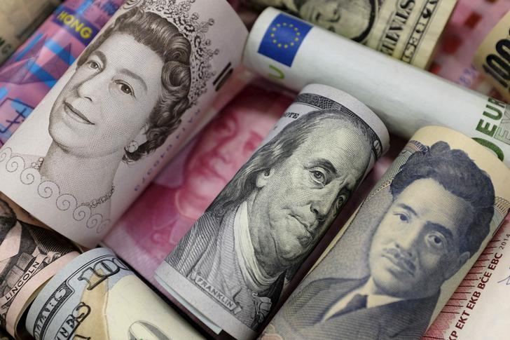 2016年1月拍摄的欧元、港元、美元、日元、英镑和人民币纸币资料图。REUTERS/Jason Lee