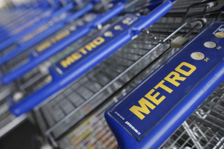 Shopping carts of Germany's biggest retailer Metro AG are lined up at a Metro cash and carry market in the western German city of Sankt Augustin near Bonn in this May 5, 2010 file photo.  REUTERS/Wolfgang Rattay/File Photo