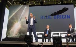 Blue Origin, la société de lanceurs spatiaux créée par le fondateur d'Amazon.com Jeff Bezos, a annoncé mardi la signature de son tout premier contrat de services, avec l'opérateur de satellites Eutelsat Communications. /Photo d'archives/REUTERS/Mike Brown