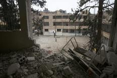 Un bâtiment endommagé dans la région damascène de la Ghouta orientale. Un accord a été trouvé pour l'instauration d'un cessez-le-feu temporaire dans la région, a annoncé mardi la Russie. /Photo prise le 2 mars 2017/REUTERS/Bassam Khabieh