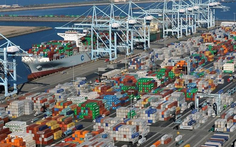 2015年2月,美国洛杉矶港和长滩港口集装箱码头资料图。REUTERS/Bob Riha, Jr.