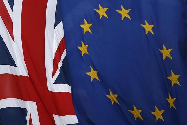 3月7日、欧州会計検査院(ECA)のクラウスハイナー・レーネ委員長は、欧州議会予算委員会に宛てた書簡で、英国の欧州連合(EU)離脱に伴う費用負担について、大方は今後の交渉で決まるため、現段階で算定することはできないとの見解を示した。写真の英国国旗(左)とEU旗(右)はロンドンで2日撮影(2017年 ロイター/Stefam Wermuth)